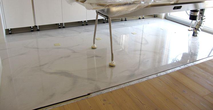 Pavimento autolivellante pavimentazione pavimento - Resina parete cucina ...