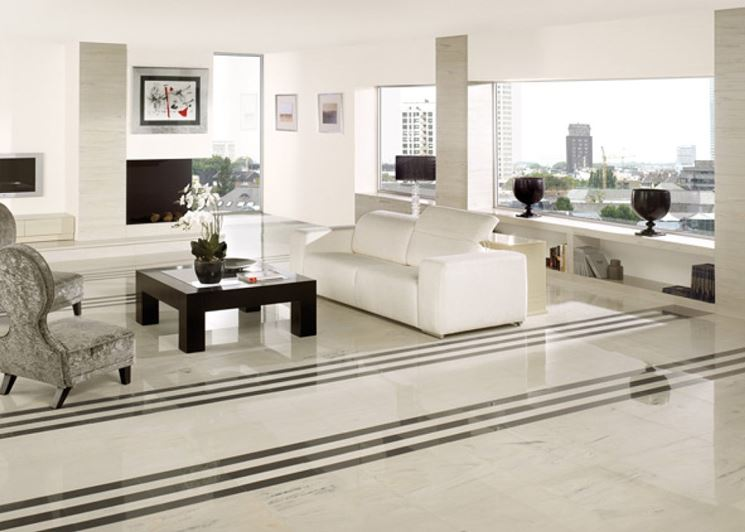 Soggiorno con pavimento rivestito in resina