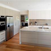 Cucina moderna con pavimento in gres