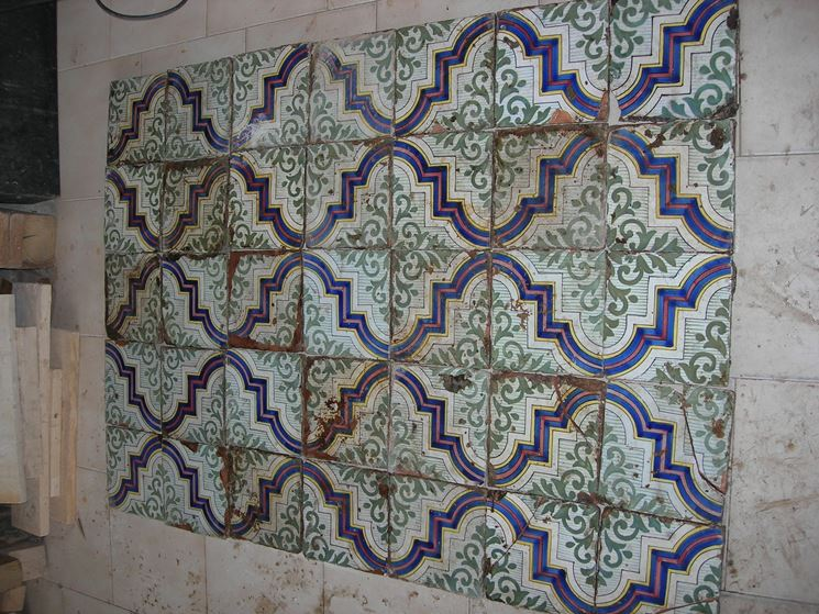 Mattonelle antiche tipi di mattonelle mattonelle for Piastrelle cucina caltagirone