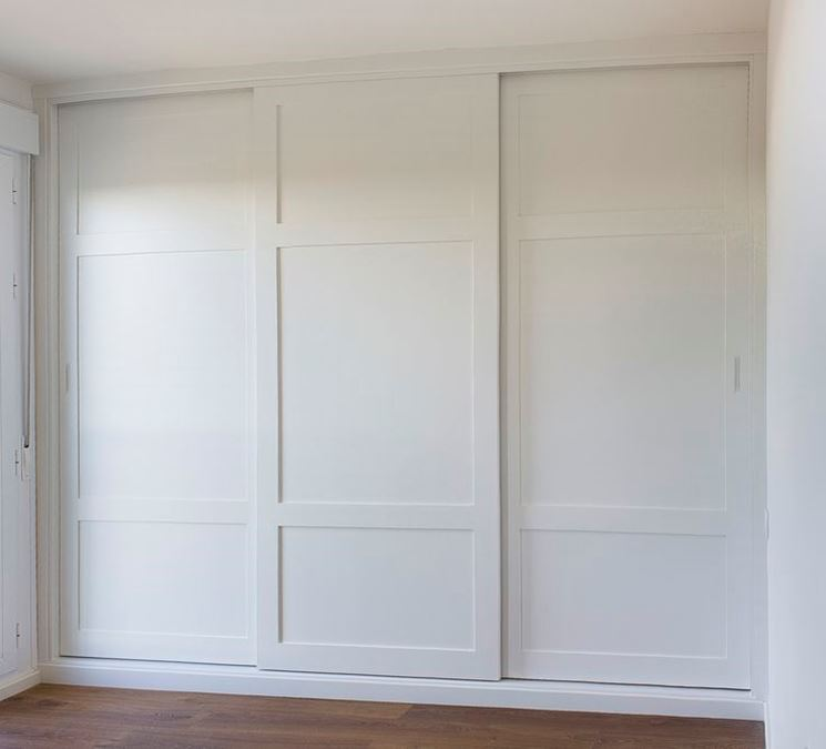 armadio a muro bianco