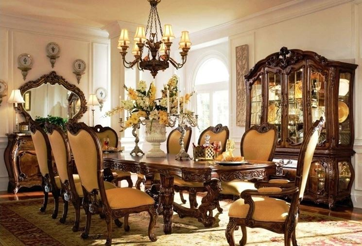 Un salotto con mobili d'epoca