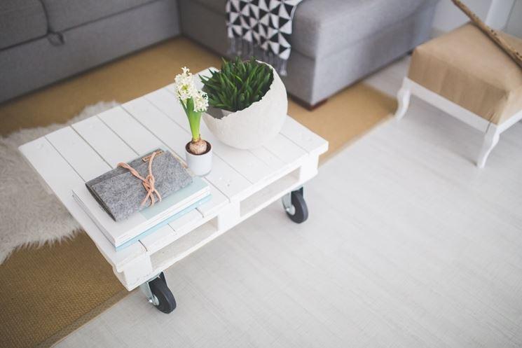 Mobili fai da te legno. Come usare un pallet come tavolino