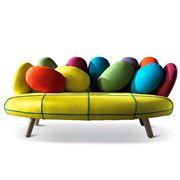 un divano molto colorato