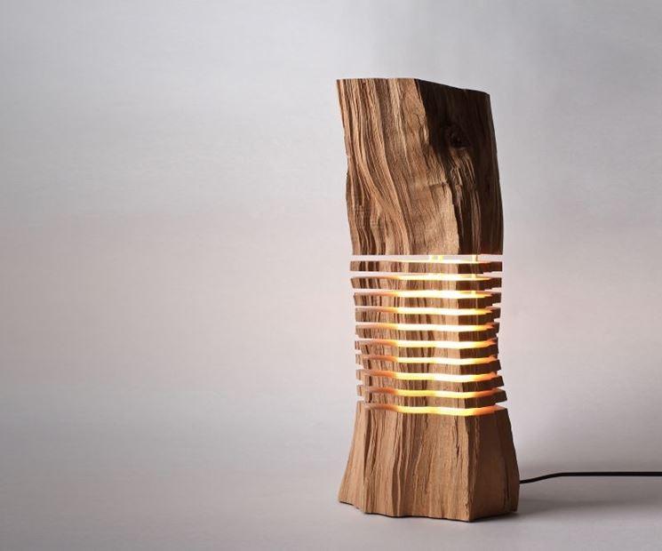 Originale lampada in legno