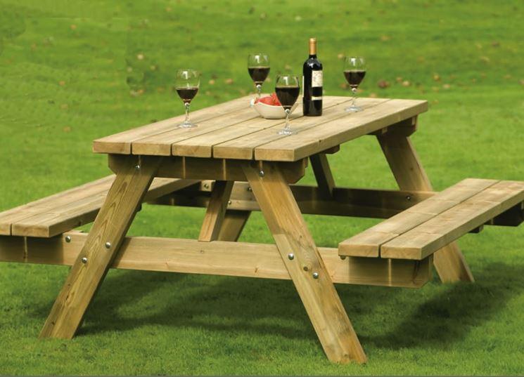 Rustico tavolo da giardino