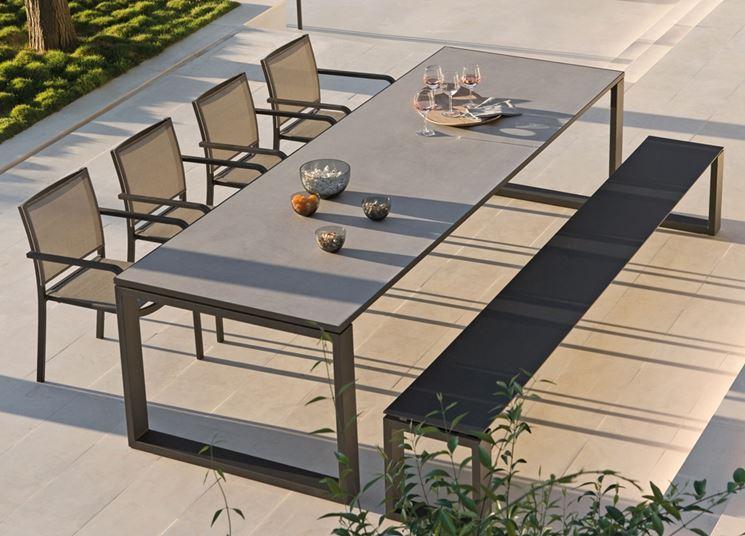 Moderno tavolo da giardino