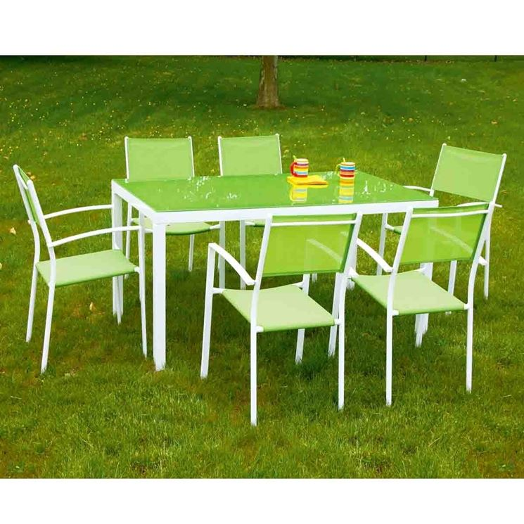 Tavolo verde in giardino