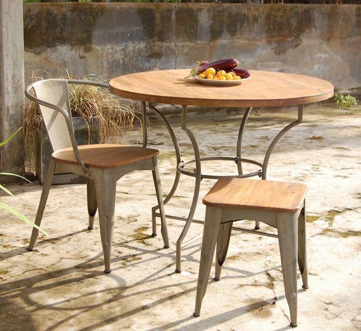 Tavolo da giardino in legno con sedie
