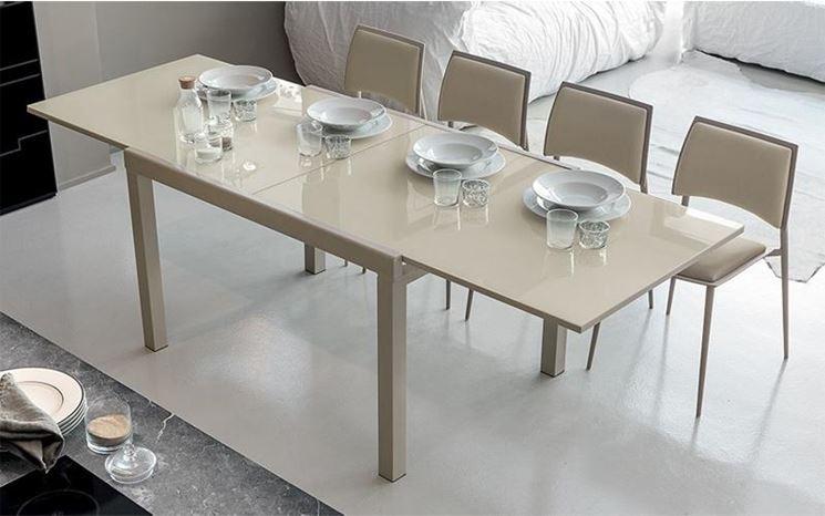 Tavolo esteso in salotto