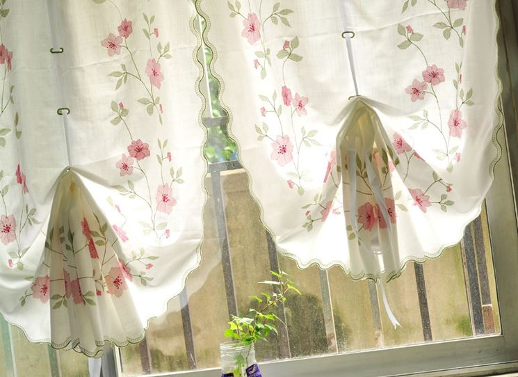 Tende cucina tendaggi per interni modelli e tipologie - Tende ricamate per cucina ...