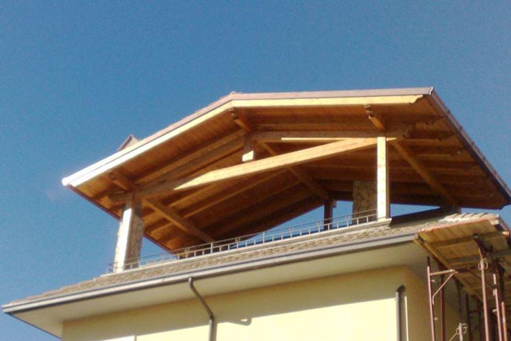 Tetto con copertura in legno