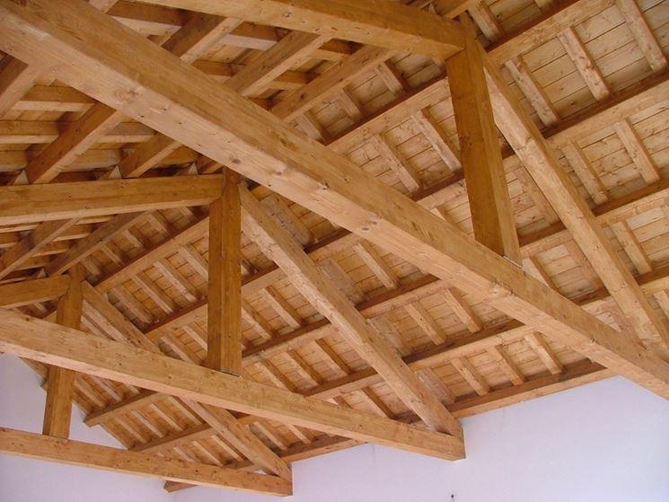 Tetto in legno visto dall'interno