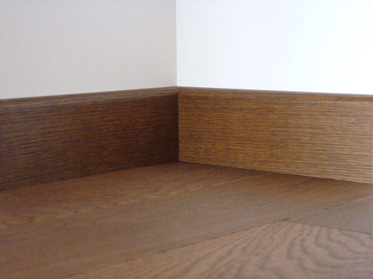 Battiscopa in legno verniciato
