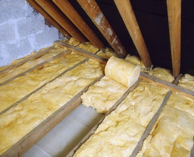 Isolamento del tetto con la lana di vetro