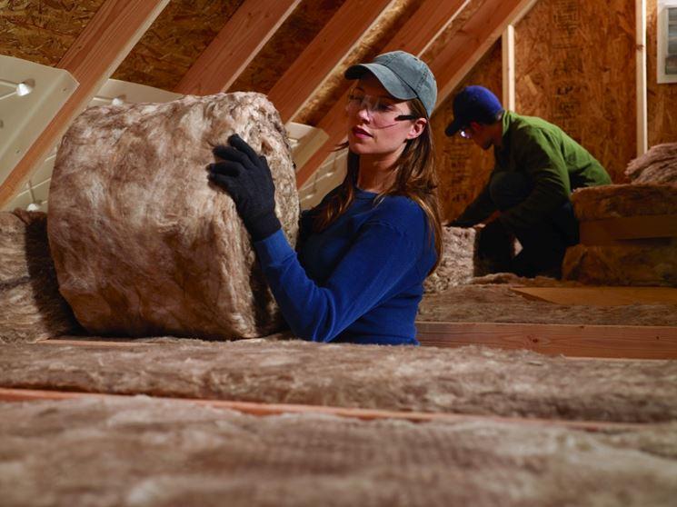 Posa di lana di roccia in un tetto in legno