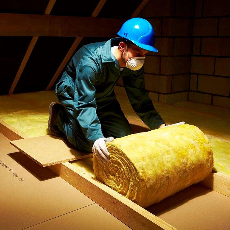 Posa di lana di vetro in un tetto