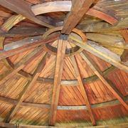 Interno di un tetto in legno