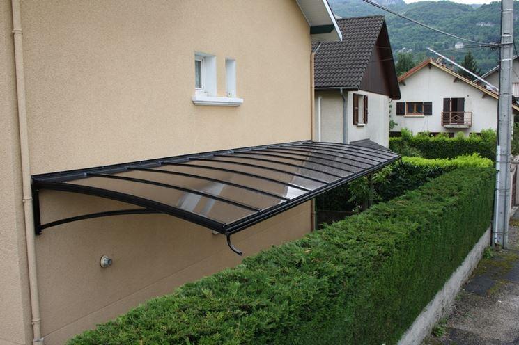 Tettoia con struttura in ferro e copertura in vetro