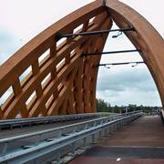 Ponte realizzato con travi di legno lamellare