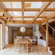 Un modello di travi in legno per interni