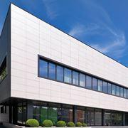 Edificio con facciata ventilata