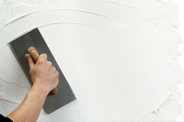 Applicazione dell'intonaco su una parete