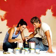 Coppia che pittura casa