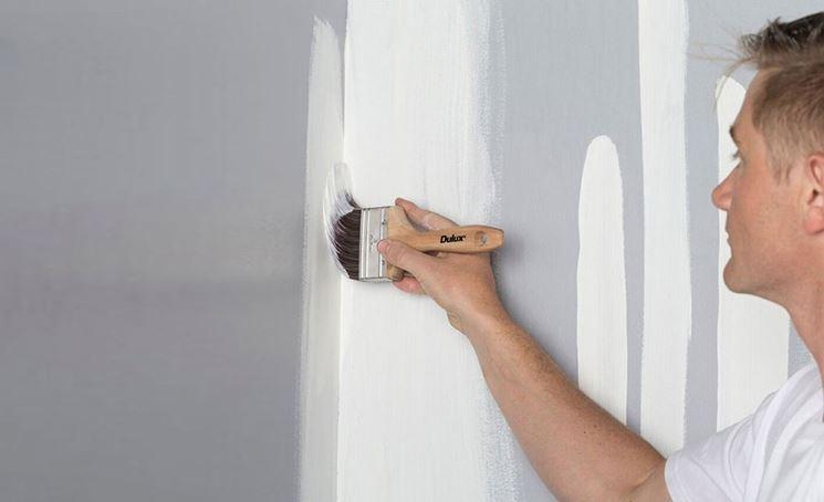 pitturare casa con il pennello
