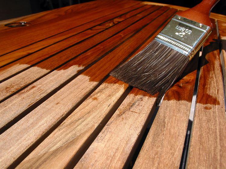 Verniciatura di un tavolo in legno