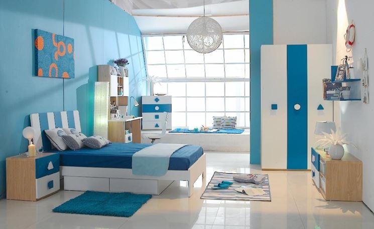 cameretta con parete azzurra